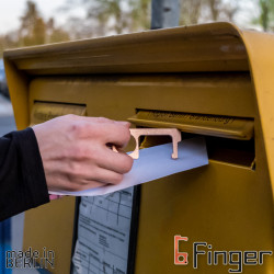 The mail man keeps his hands clean: Never touch a doorbell or mailbox again - without wearing gloves in summer time!